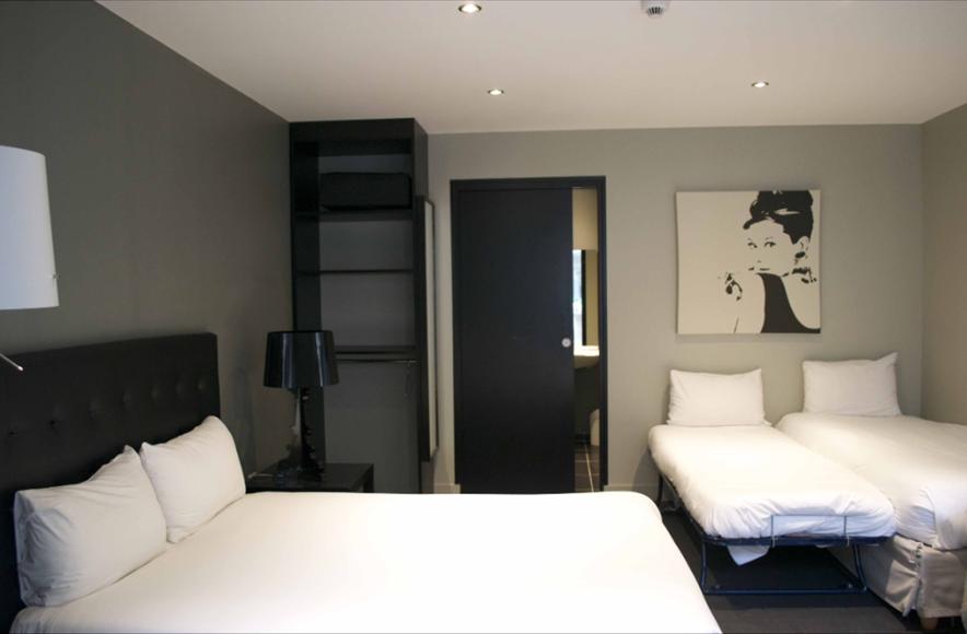 H tel r servation de chambres chambre d 39 h tel handicap for Chambre hotel reservation